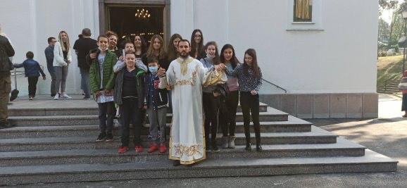 """Ученици ОШ """"Бранислав Нушић"""" у пратњи родитеља свечано дочекали Патријарха Иринеја."""